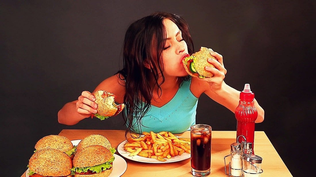 woman-eating-fast-food-